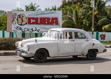 Classic American voiture passé signe l'Oncle Sam, Rio Guanayara, Cuba