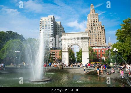 Après-midi d'été ensoleillé panoramique vue sur la fontaine et arch à Washington Square Park à Greenwich Village, Banque D'Images