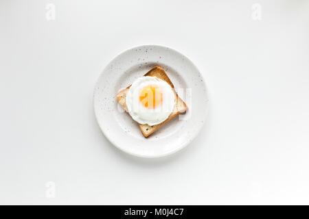 Le petit-déjeuner avec œufs frits sur toast Banque D'Images
