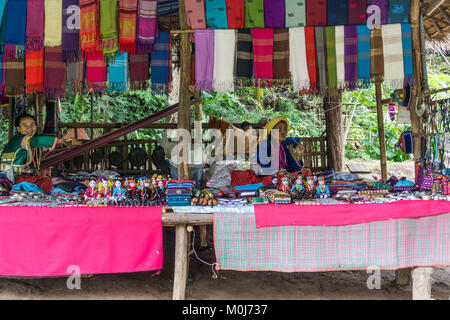 L'Asie, THAÏLANDE, Chiang Mai, Ban Huay Pa Rai Hill Tribe,Village market stall Banque D'Images