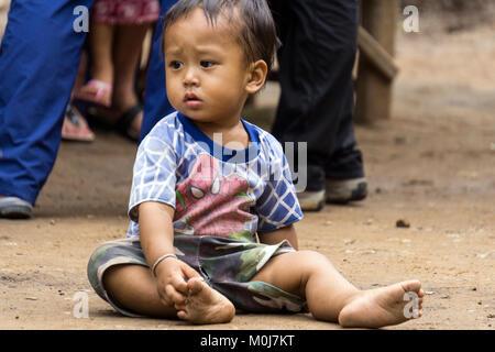 L'Asie, THAÏLANDE, Chiang Mai, Ban Huay Pa Rai Hill Village,enfants Banque D'Images
