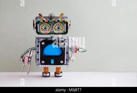 Fixing computer concept. Bricoleur pince robotique clé à main. Robot jouet, écran couleur bleu vide moniteur. Service Banque D'Images