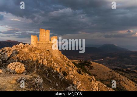 Rocca Calascio, une ancienne forteresse médiévale dans les montagnes des Abruzzes Banque D'Images
