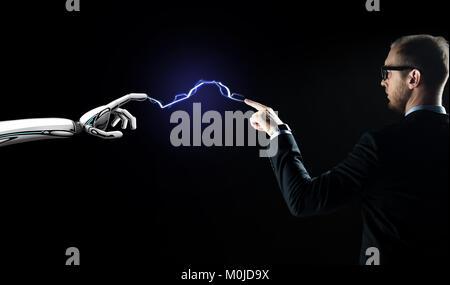 Robot et businessman connecté par la foudre Banque D'Images