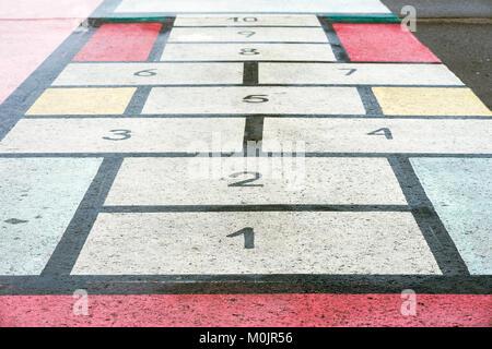 Classiic jeu d'enfants, à la marelle board dessiné sur l'asphalte, la texture, l'arrière-plan créatif moderne
