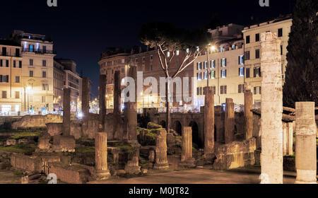 Rome, Italie, 15 février 2017: Photo de nuit de la zone archéologique de Largo di Torre Argentina à Rome Banque D'Images
