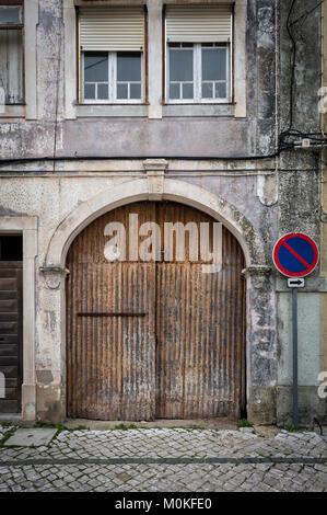 Old rusty portes de garage sur une rue pavée. Banque D'Images