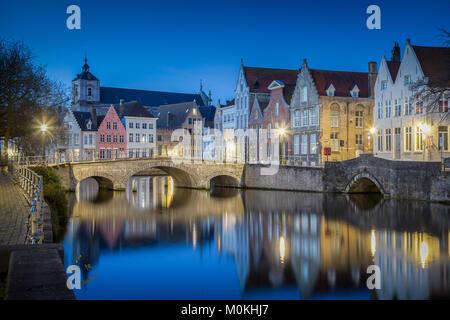 Carte postale classique vue sur le centre-ville historique de Bruges, souvent appelée la Venise du Nord, avec les touristes de prendre un bateau le long de famo