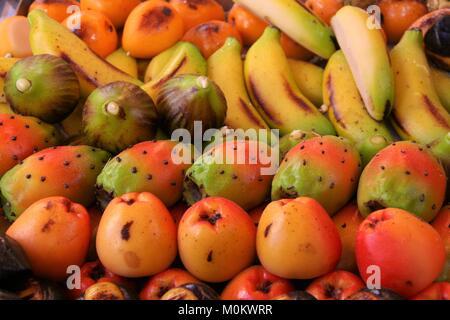 Des pâtisseries siciliennes typiques d'amande en forme de fruits de couleur différentes aussi connu comme frutta Banque D'Images