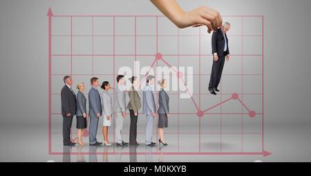 Le choix de la main d'un homme d'affaires sur fond gris avec graphique et gens d'affaires Banque D'Images