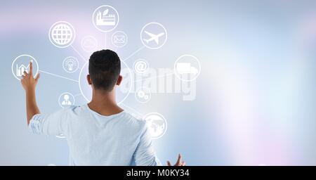 Homme debout sur le mur de l'interface de toucher Banque D'Images