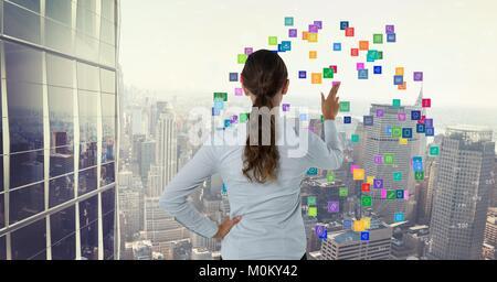 Woman touching icônes colorées Banque D'Images