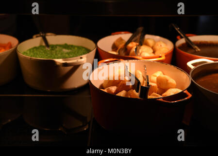 Photographie image alimentaire avec de grands pots ou casseroles ou cuits et prêts à manger croustillant de pommes Banque D'Images