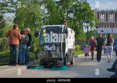 Moscou, Russie - 17 mai 2014: Street Sweeper dans le jardin d'Alexandre. Environ 6 000 rue de travail de nettoyage Banque D'Images