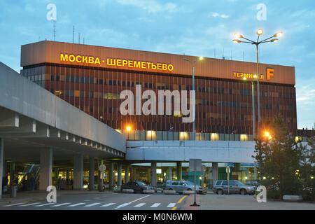 Moscou, Russie - 17 mai 2014: des gens devant le terminal F de l'aéroport international de Sheremetyevo en début Banque D'Images