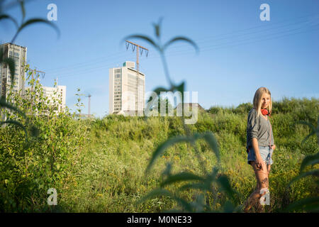 Young woman relaxing in nature Banque D'Images