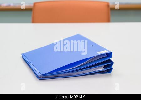 Dossier bleu avec des documents sur le tableau blanc dans la salle de réunion - business concept Banque D'Images