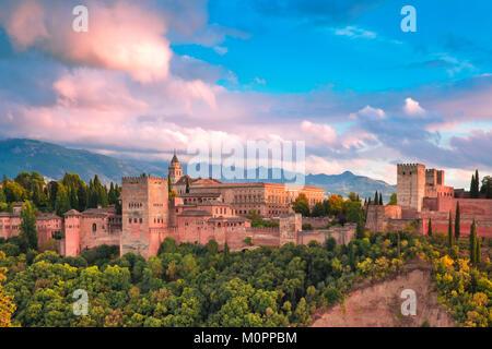Au coucher du soleil de l'Alhambra à Grenade, Andalousie, Espagne Banque D'Images