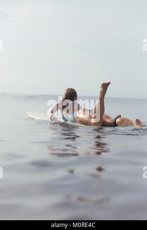 L'INDONÉSIE, Bali, femme surfer Banque D'Images