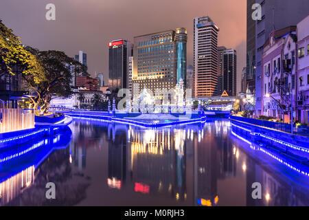 Édifices à refléter dans l'eau de la Chicago River en face de la mosquée (masjid Jamek) dans le coeur de Kuala Lumpur Banque D'Images