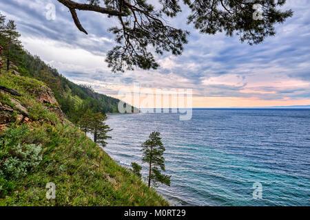 Matin d'été sur le Lac Baïkal. Vue depuis la colline. Parc national. Région d'Irkoutsk. La Russie Banque D'Images