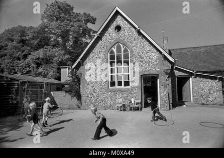 L'école primaire du village des années 1970 en Angleterre. Cheveley Cambridgeshire 1978 70s UK HOMER SYKES Banque D'Images