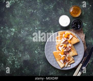 Crêpes crêpes avec différents fruits et chocolat. Selective focus Banque D'Images