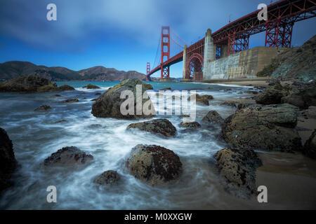 Golden Gate Bridge vu de Baker Beach, San Francisco. Banque D'Images