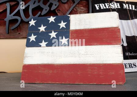 Interprétation d'artistes le drapeau américain sur l'affichage à l'une des épiceries promotion de la quatrième de Banque D'Images