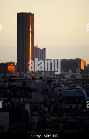 La Tour Maine Montparnasse sur les toits de Paris au coucher du soleil. C'est le deuxième plus haut bâtiment de Banque D'Images