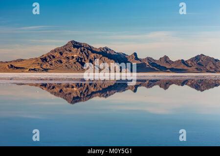 L'île d'argent reflétant dans l'eau salée à la Bonneville Salt Flats, qui est des terres BLM à l'ouest du Grand Banque D'Images