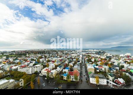 La ville de Reykjavik vue depuis le sommet de la cathédrale Hallgrimskirkja avec nuages dans le contexte à l'automne, Banque D'Images