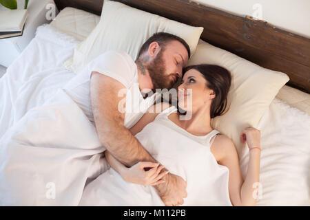Couple marié de dormir dans la chambre à coucher Banque D'Images