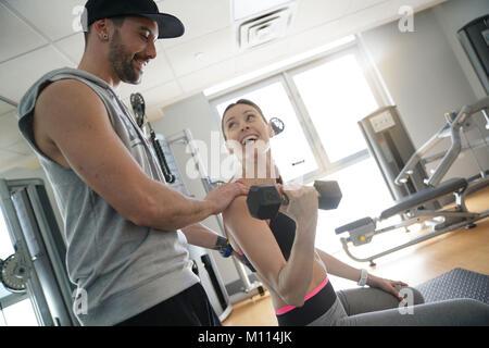 Fitness petite fille l'élaboration avec entraîneur personnel en salle de sport Banque D'Images