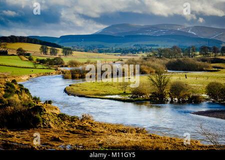 La rivière Clyde en crue dans la région de South Lanarkshire près de Biggar, Ecosse Banque D'Images