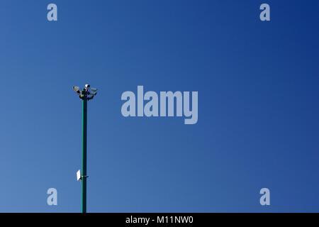 La prévention du crime de vidéosurveillance, mât contre un ciel bleu. Boulevard de la plage d'Aberdeen, Écosse, Banque D'Images