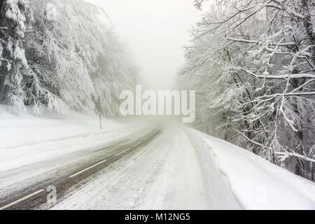 Une route glacée et de neige dans les Vosges (France) en hiver - décembre 2017 - horizontal