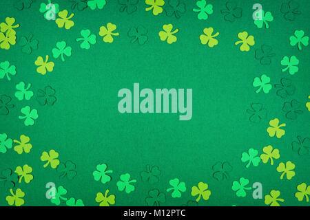 St Patricks Day frame de trèfles papier sur un fond texturé vert Banque D'Images