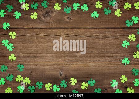 St Patricks Day frame de papier de trèfles, au-dessus d'un fond de bois rustique Banque D'Images