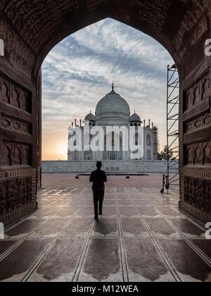 Veille touristique hors du tombeau de prière de visiter d'autres endroits à l'intérieur de Taj Mahal, Agra, Inde Banque D'Images