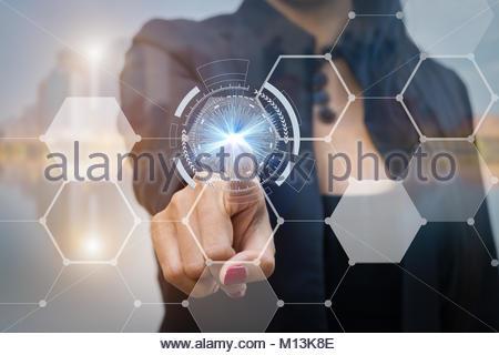 La femme d'appuyant sur le bouton sur l'interface à écran tactile de technologie d'entreprise foe concept. Banque D'Images