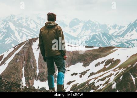 L'homme atteint la montagne de grimpeur de vie voyage voyageur paysage concept bénéficiant d'activités de plein Banque D'Images