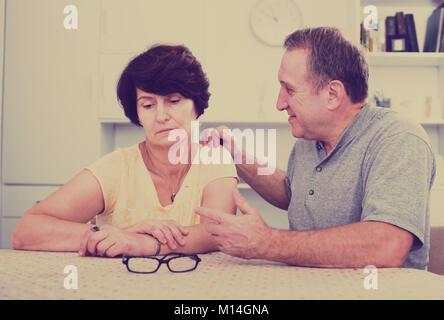 Femme victime de problèmes familiaux avec son partenaire à l'intérieur