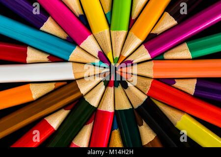 Crayons de couleur dans un motif symétrique Banque D'Images