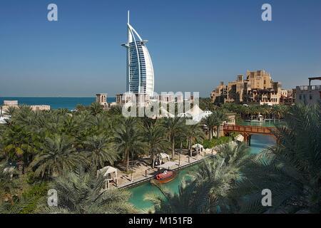 Emirats arabes unis, dubaï, canaux d'Al Qasr Hotel, Madinat Jumeirah et l'hôtel Burj Al Arab Banque D'Images