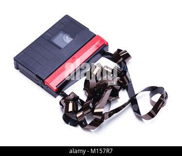 Cassette vidéo pour caméras portatives dénoué et Broken isolé sur un fond blanc. Banque D'Images