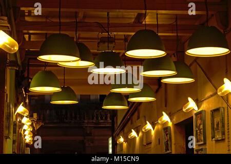 De nombreuses lampes accroché au plafond et les murs d'une petite rue couverte à Rijeka, Croatie Banque D'Images