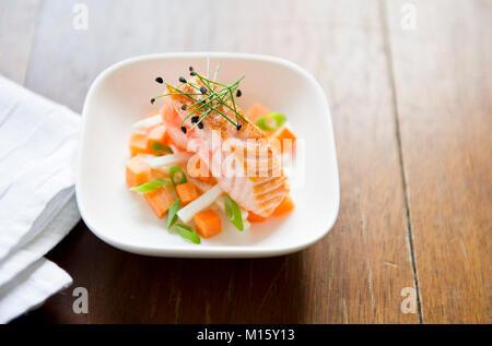 Petite salade avec du saumon grillé Banque D'Images