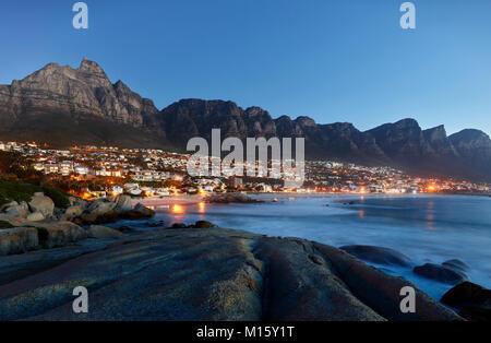 Camps Bay avec chaîne de montagne, la Montagne de la table et douze Apôtres,Cape Town, Western Cape, Afrique du Banque D'Images