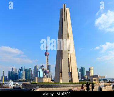 Shanghai, Chine - 1 novembre, 2017: Le Monument aux héros du peuple pris du Bund avec la skyline de Pudong à l'arrière Banque D'Images